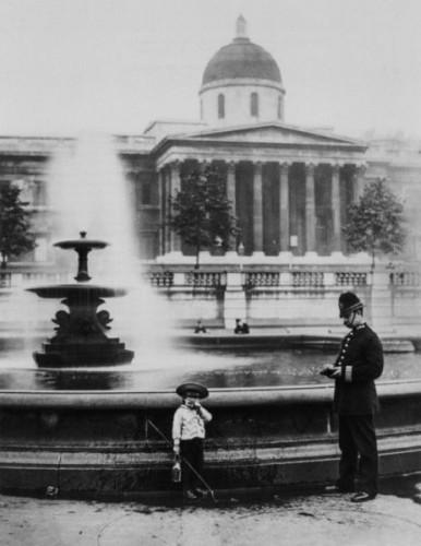 Policajt v roku 1892 na Trafalgárskom námestí napomína chlapca, ktorý chcel loviť vo fontáne ryby.