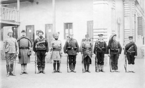 V roku 1900 takto pózovali predstavitelia vojsk aliancie ôsmych národov.