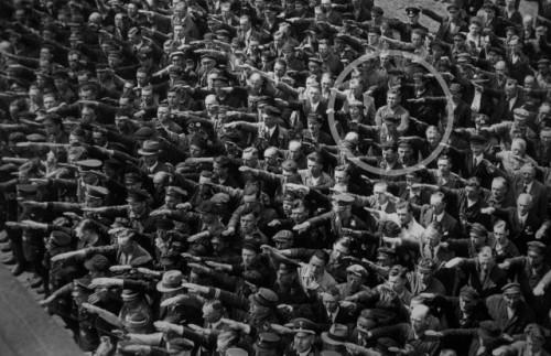 Osamelý muž ignoruje  Hitlera počas jeho prejavu v roku 1936.
