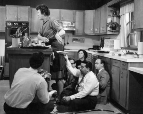 Slávna kuchárka Julia Child natáča v roku 1936 svoju televíznu reláciu, štáb musel improvizovať.