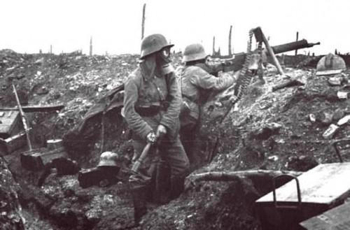 Prvá svetová vojna rok 1916. Nemecký vojak v zákope sa chystá hodiť granát.