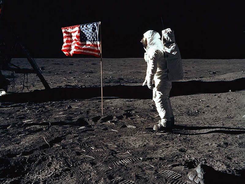 Členovia posádky Apollo 11 zachytávajú prvý ľudský dotyk s Mesiacom v júli roku 1969.