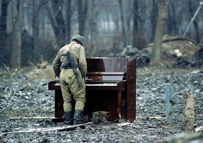 Ruský vojak hrá na opustenom klavíri počas vojny v Čečensku v roku 1994.