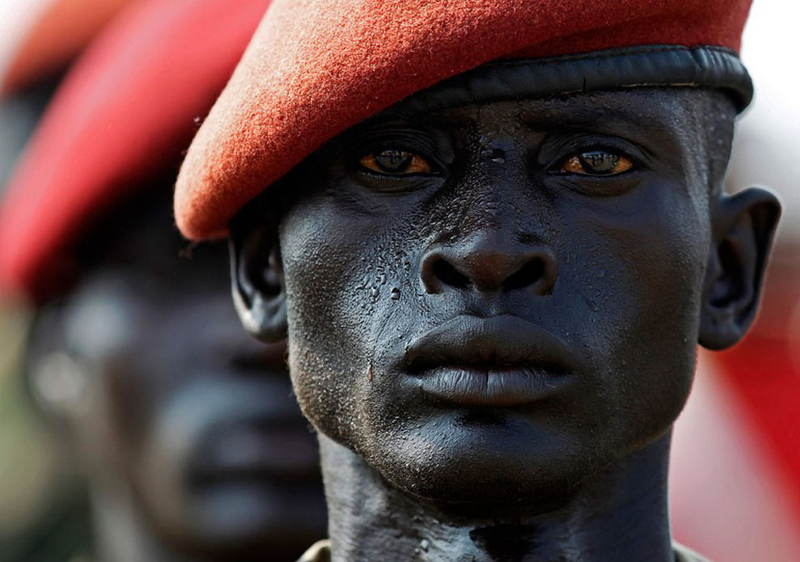 Vojak Sudánskej ľudovej oslobodeneckej armády (SPLA) počas skúšky oslavy dňa nezávislosti v júli 2011.