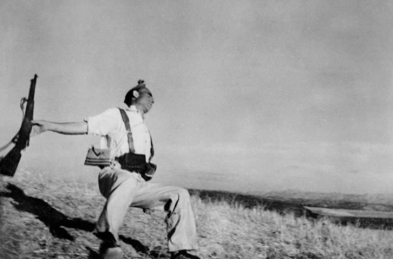 Robert Capa zachytáva smrť vojaka počas Španielskej občianskej vojny v roku 1936.
