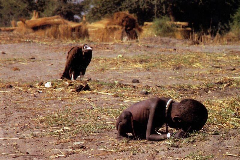 Kevin Carter v roku 1993 zachytáva extrémny hlad a chudobu v Sudáne. Fotka získala Pulitzerovu cenu a viedlo sa okolo nej veľa polemík (či radšej nemal odohnať supa ako odfotiť tento moment). Rok na to spáchal samovraždu.