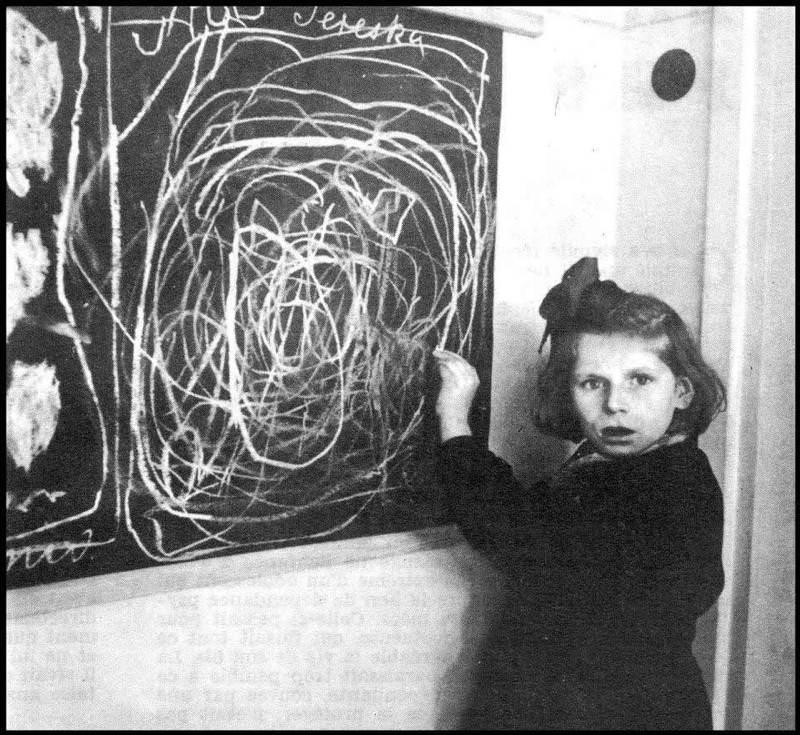 Terezka, dievča, ktoré vyrastalo v koncentračnom tábore šokuje poradcu v centre pre narušené deti, keď kreslí obrázok svojho domova v Poľsku.