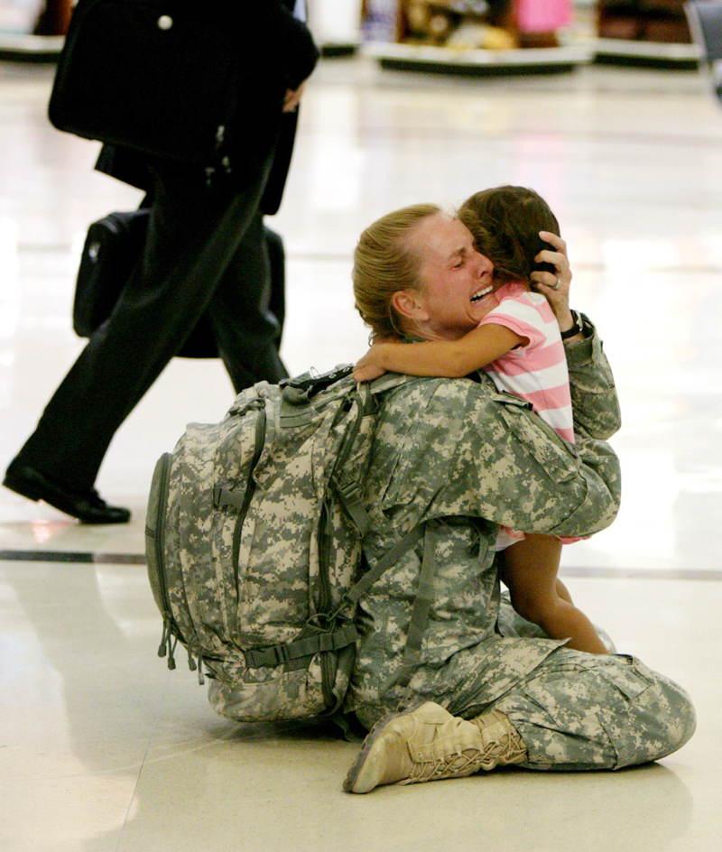 Terri Gurrola sa víta so svojou dcérou v roku 2007 po tom, čo slúžila ako zdravotníčka v Iraku 7 mesiacov.