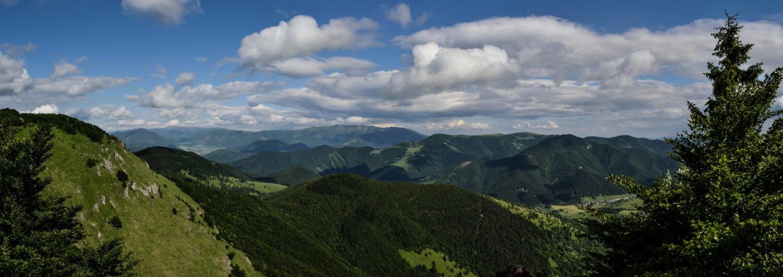 Výstup na Rakytov, Veľká Fatra. V pozadí Nízke Tatry.