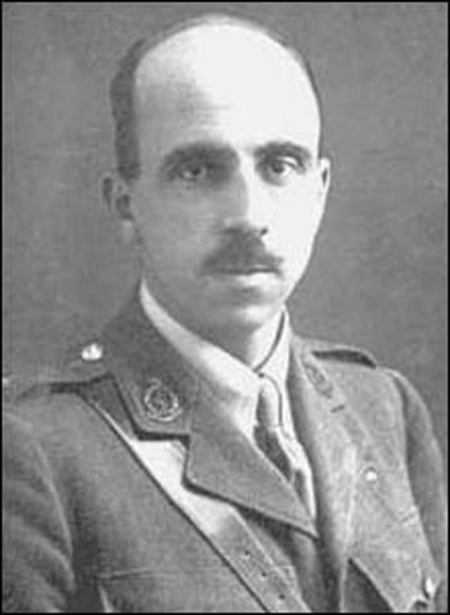 Harold Gillies bol doktor a vojak počas 1. svetovej vojny slúžiaci vo Francúzsku. Počas služby bol svedkom rôznych pokusov plastík, napríklad výmeny zubov a podobne.