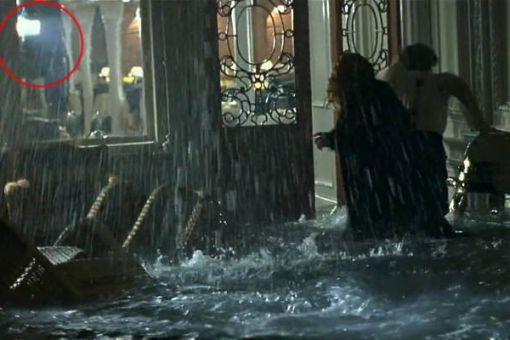 Vo filme Titanic toho bolo dosť. Na tomto obrázku vidno scénu pri potápaní lode, kde v reštaurácii svieti svetlo. Nevyzerá ako prirodzené...