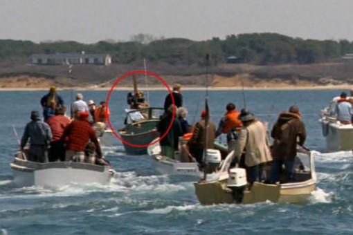 vo filme Čeluste vidno na jednom z člnov kameramana.