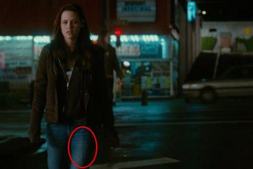 Twilight. Pod nohavicami Kristen vidno káblik od mikrofónu.