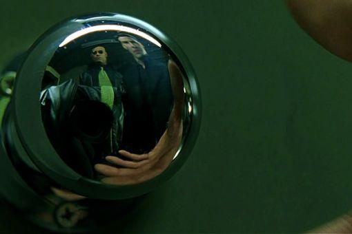 Vo filme Matrix vidno v odraze na kľučke, kameru.