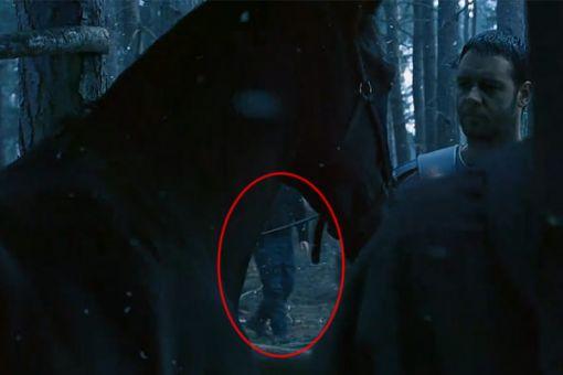 Gladiátor. Tajomná postava v rifliach sa vo filme asi objaviť nemala.