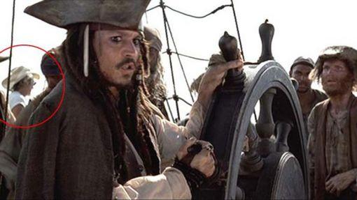 V Pirátoch s Karibiku sa na lodi okrem pirátov objavil aj kovboj. Zrejme člen štábu.