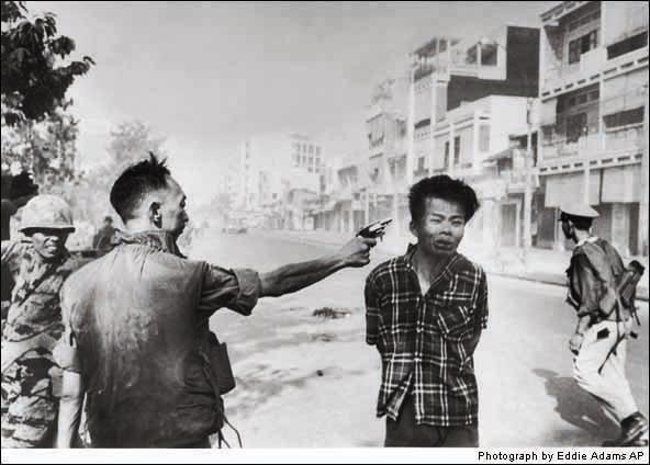 Generál Nguyen Ngoc Loan si vykonáva svoju povinnosť voči vietgongskému väzňovi v Saigone. Odfotil ju v roku 1968 fotograf Eddie Adams tesne pred tým, ako generál stlačil spúšť a stala sa najznámejšou snímkou vietnamskej vojny. Za fotku dostal Pulitzerovu cenu.
