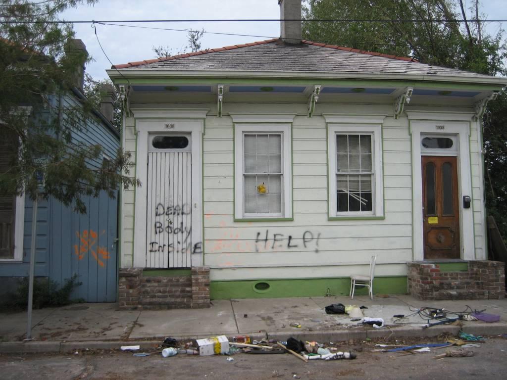 Táto fotografia opusteného domu po hurikáne Katrina pripomína, ako trpelo mesto New Orleans po jednej z najväčších prírodných katastrof v dejinách USA.