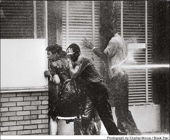 Alabama bola miestom najväčších demonštrácii za ľudské práva, kedy černosi bojovali za rovnosť. Demonštrácie boli potláčané rôznymi spôsobmi, aj takto...