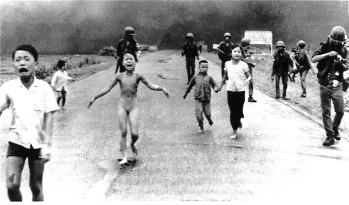 Nahé dievča uteká spolu so skupinou ďalších detí pred bombardovaním jednej vietnamskej dediny napalmom. Prežila iba preto, lebo zhodila svoje šaty. Je to jedna z mnoha ocenených fotiek, ktoré ukazujú zverstvá amerických vojen.
