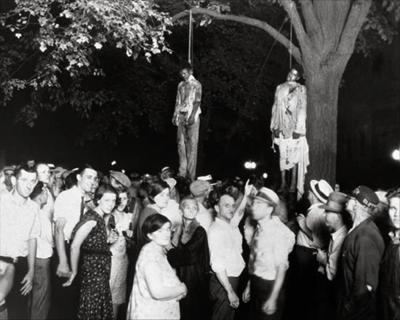 Tisíce bielych ľudí sa stretlo, aby spolu obesili černochov, ktorí znásilnili bielu ženu. Fotografia je pripomienkou toho, čo sa niekedy dialo v USA.
