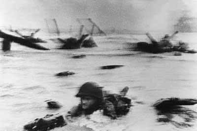 Jedna z mála zachovaných snímok z dňa D. Rozmazaná snímka bola krátkym zábleskom pre mnohých ľudí na svete, ktorým pripomenula krutosť druhej svetovej vojny.