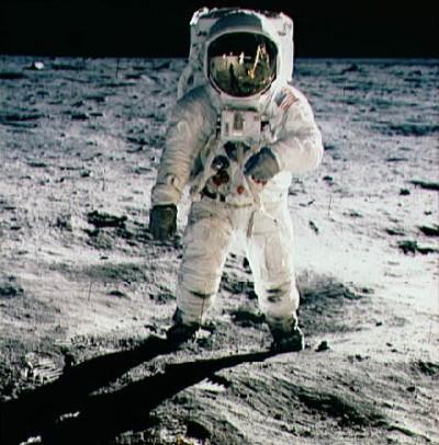 Neil Armstrong odfotil astronauta Buzza Aldrina počas prvého ľudského výletu na Mesiaci.