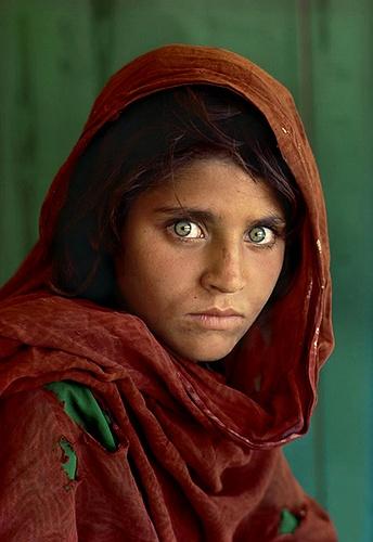 """Známa len ako """"afgánske dievča"""". Jej identitu sa však podarilo objaviť v roku 2002. Sharbat Gula sa stala najznámejším symbolom utečencov a aj najznámejším obalom National Geographic."""