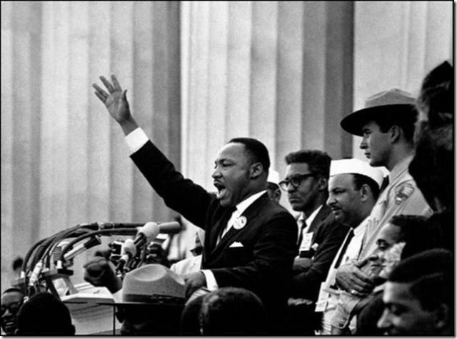 Martin Luther King dvíha svoju ruku a hovorí že má sen v roku 1963. Bol to zlom v zmene pohľadu na občianske práva v USA.