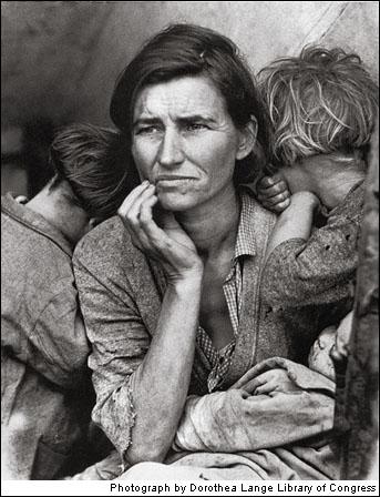 Táto snímka pracujúcej ženy, ktorá práve predala pneumatiky svojho auta aby nakŕmila svojich 7 detí reprezentuje chudobu, ktorú priniesla jedna z piesočných búrok.