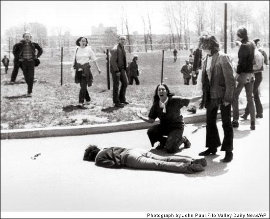 """Protest v Ohiu po tom, čo prezident Nixon posielal vojakov do Kambodže. Pri potláčaní protestu boli zabití štyria ľudia. Škaredý obraz ženy, ktorá plače nad mŕtvym telom študenta získal Pulitzerovu cenu. Tento moment zvečnil John Fillo v roku 1970 a inšpiroval aj Neila Young-a k napísaniu protestnej piesne """"Ohio""""."""