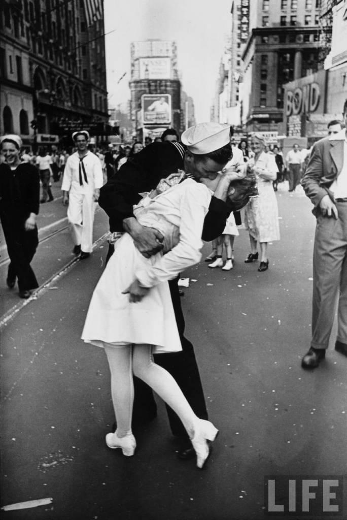 Žiadny obrázok nepovie viac o úľave Američanov keď sa skončila druhá svetová vojna, ako táto fotografia námorníka, ktorý chytil do náručia sestričku aby ju pobozkal po tom, čo sa dozvedel o konci vojny.