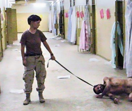 Väzenie Abu Ghraib v Iraku. Fotografia ukazuje, ako americkí vojaci týrali svojich väzňov. Zmenila všeobecnú verejnú mienku mnohým ľuďom o týchto vojakoch.