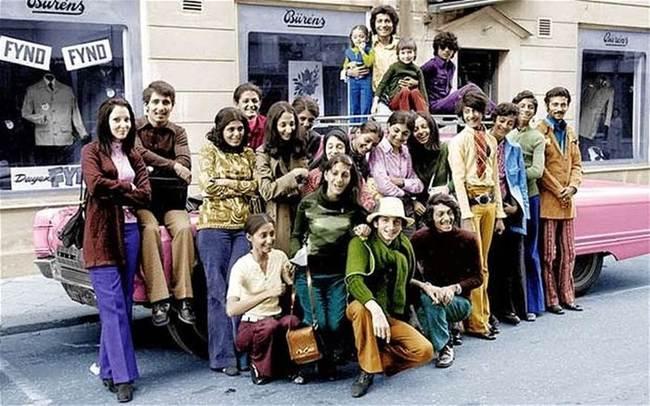 Mladý Osama Bin Laden počas návštevy Švédska s jeho rodinou v roku 1970. Bin Laden druhý z prava, v zelenom tričku a modrých nohaviciach.