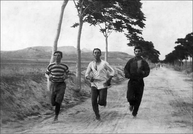 Maratónski bežci na prvých moderných olympijských hrách v roku 1896.