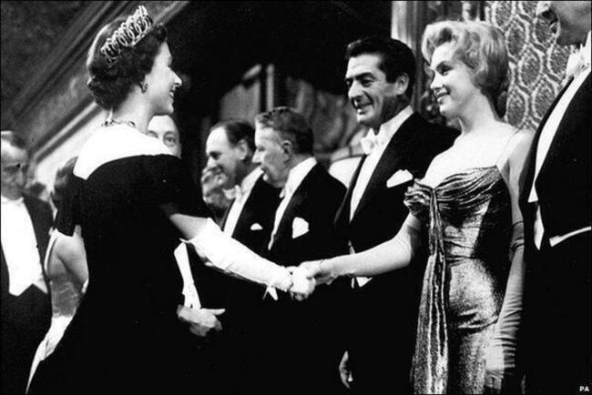 Marilyn Monroe stretáva kráľovnu Elizabeth II - 1956.