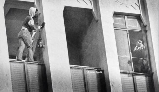 Muhammad Ali dohovára chalanovi, ktorý chce skočiť dole. 1981.