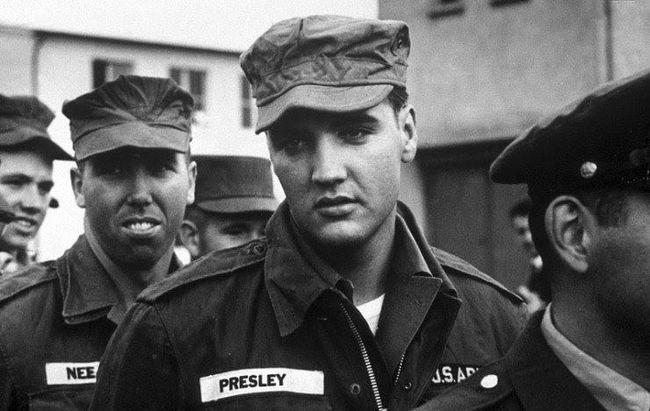 Elvis Presley počas vykonávania vojenskej služby.