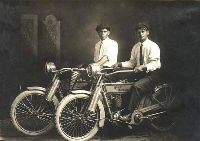 William Harley a Arthur Davidson s ich motorkami. 1914.