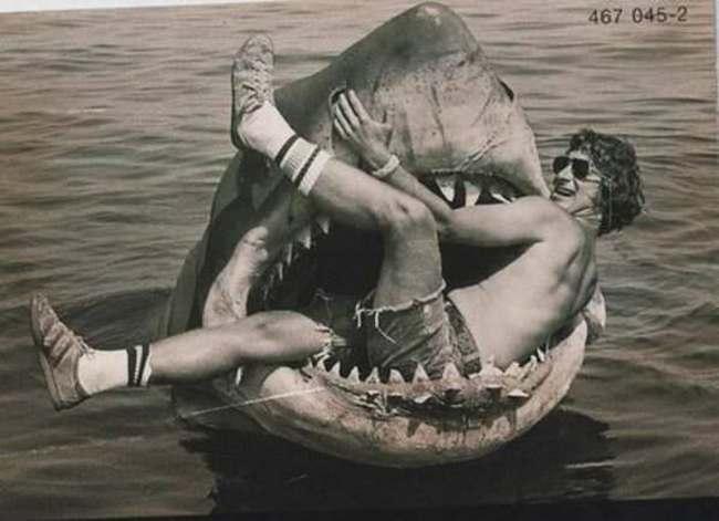 Steven Spielberg sedí v mechanickom žralokovi, ktorý bol použitý pri filme Čeluste.