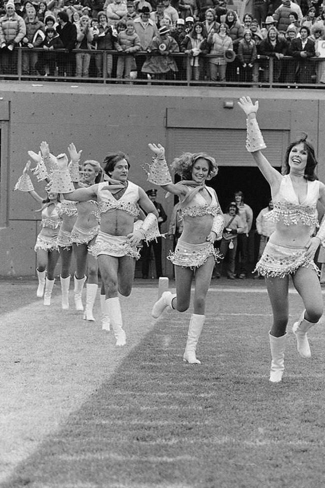 Robin Williams oblečený ako mažoretka v roku 1980.