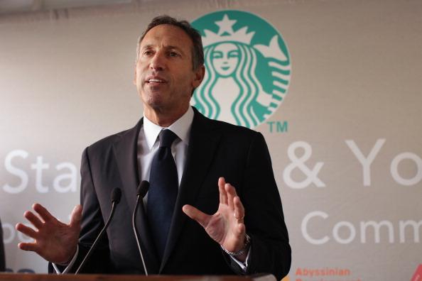 Za mlada býval v lacnej štvrti aby vôbec vyžil. Neskôr pomohol Starbucks rozšíriť svoje pobočky z pôvodných 60 na viac ako 21 000 po celom svete a jeho bankové konto dnes obsahuje miliardy dolárov.
