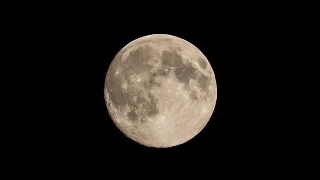 Existuje teória, že Zem mala kedysi dva mesiace. Ževraj sa obidva zrazili, čo by vysvetľovalo, prečo je náš Mesiac z jednej strany úplne iný, ako ostatné.