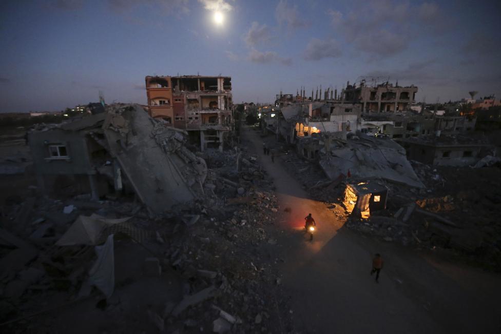 Palestínčania prichádzajú k svojim zničeným domom po Izraelskej ofenzíve. Beit Hanoun, 7.9.2014.