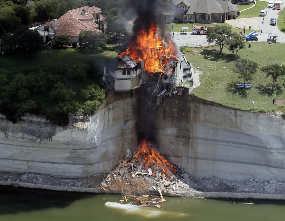 Úmyselne zapálený dom po tom, čo sa pod ním zosunula pôda pri jazere Whitney. Texas, 13.6.2014.