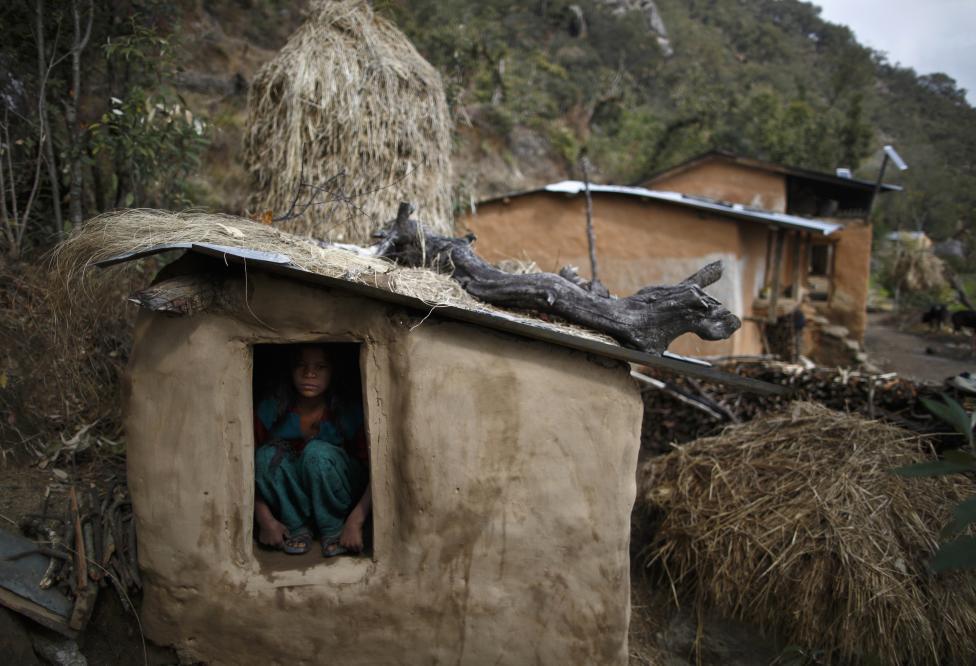 Uttara Saud sedí vnútri prístrešku v kopcoch pri obci Legudsen, v západnom Nepále. 5.3.2014.