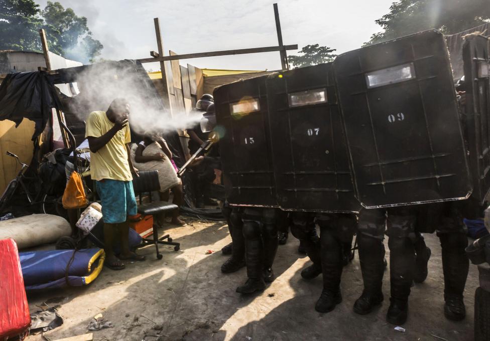 Polícia strieka na obyvateľov korenistý plyn a snaží sa tak prevziať krajinu v Rio de Janeiro. 11.4.2014.