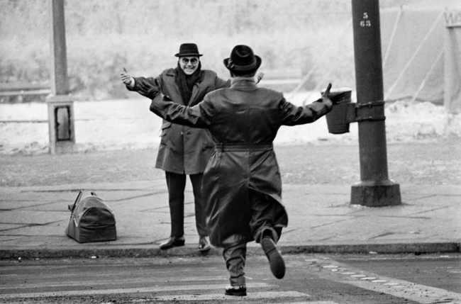 Bratia sa stetli po dvoch rokoch odlúčenia vďaka Berlínskemu múru. Počas zimy v roku 1963 obyvatelia západného Berlína mohli navštíviť na jeden deň príbuzných na východe.