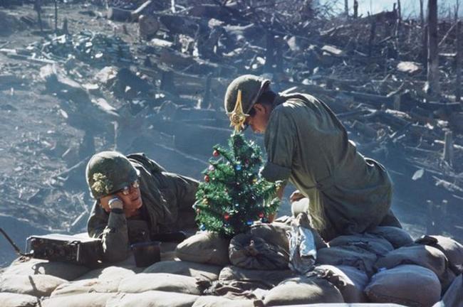 Americký vojaci zdobia vianočný stromček vo Vietname (1967).