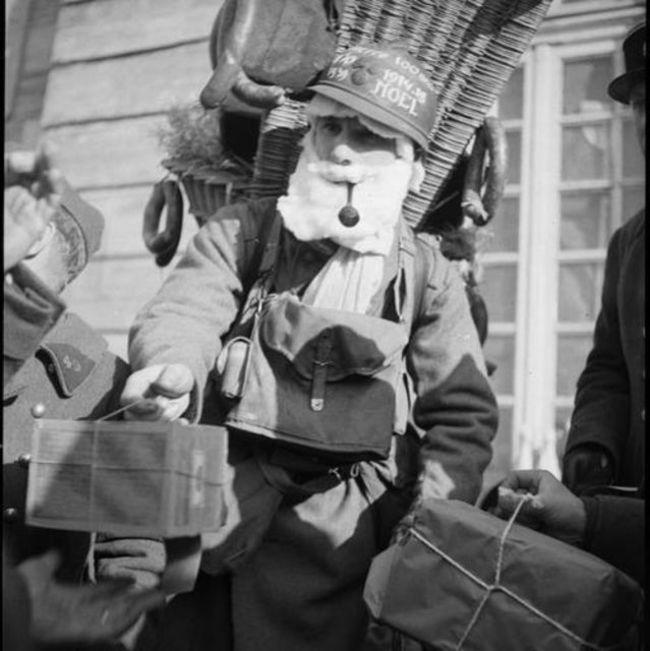 Francúzsky vojak oblečený ako Santa rozdáva balíčky rodinám, ktoré to potrebujú (1939).